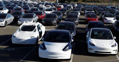 Pátio da fábrica da Tesla em Richmond, na Califórnia — Foto: Stephen Lam/Reuters