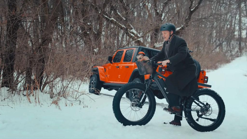 Bill Murray utilizando a bicicleta elétrica E-Bike da Jeep