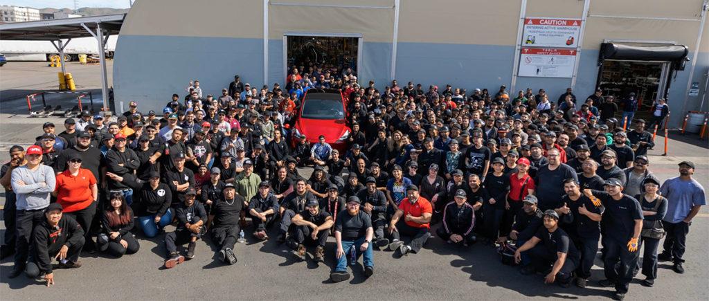 Funcionários da Tesla em volta do Model Y