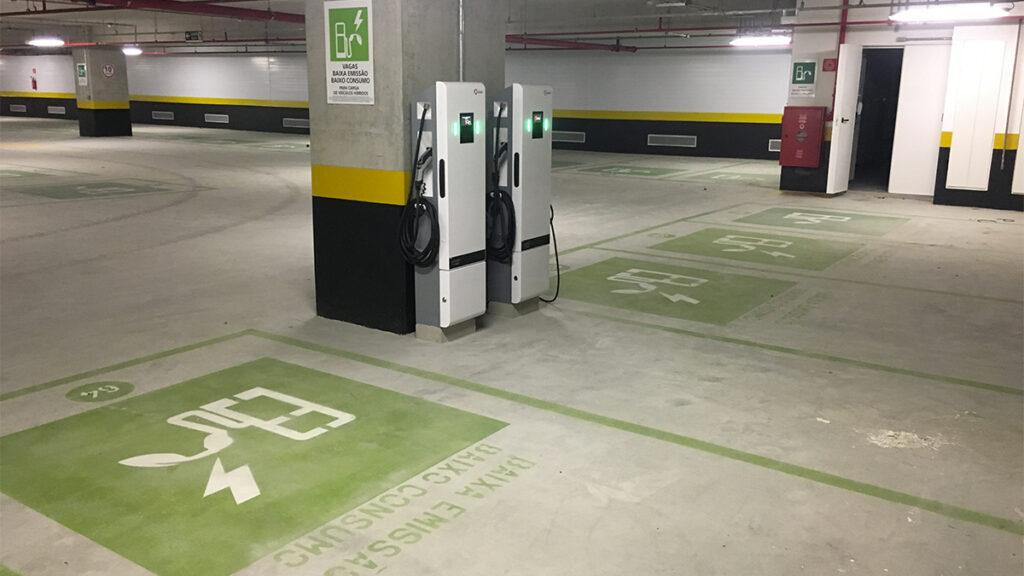 Vaga de estacionamento com ponto para recarga de carros elétricos