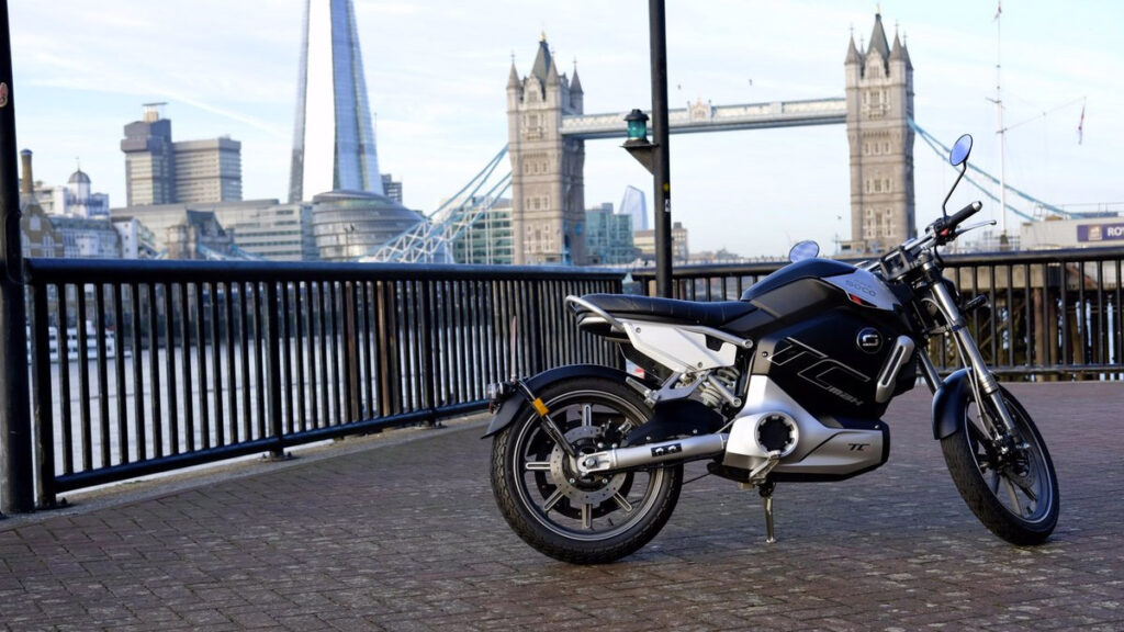 Moto elétrica Super Soco TC Max em Londres